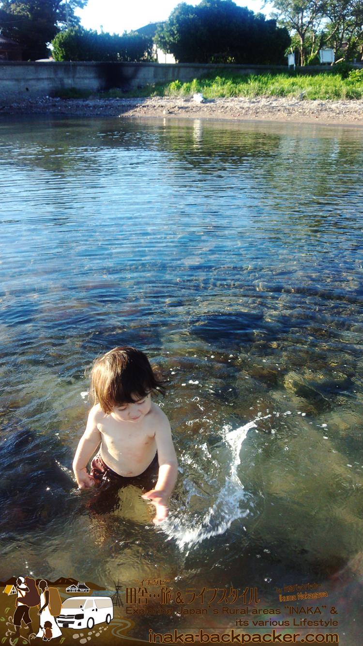 能登・穴水町岩車のプライベートビーチで...気持ちい~~海水でぴしゃぴしゃっ!