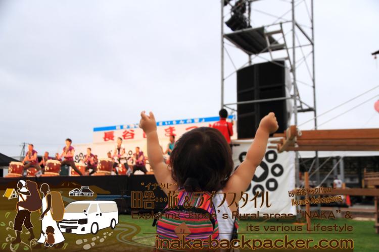 能登・穴水町(石川県) - 2015年の長谷部祭りへ。長谷部太鼓など、石川県内の太鼓グループのパフォーマンスに驚くどころか、結生ちゃんはのりのりの状態。