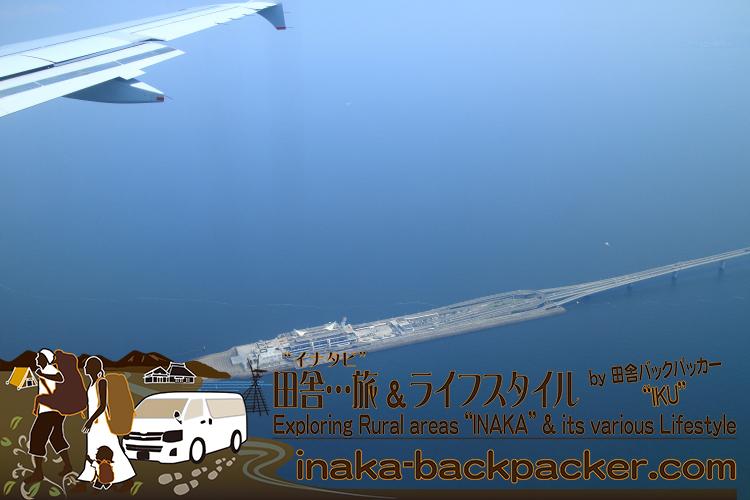 羽田空港にそろそろ到着する。空から見える「海ほたるパーキングエリア」