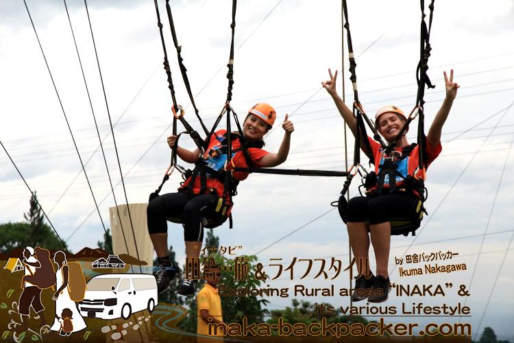フィリピン・ダバオ島のエデン山付近にある空中アトラクションの「スカイ・スイング」。オーストラリアブロガーの二人。