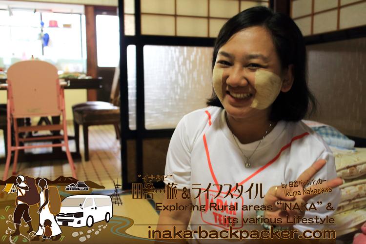 ミャンマーのメイク「Thanaka」を頬に塗るワーワー。「Thanaka」の発音は、日本人の名前の「田中」とほぼ同じで親しみがある。