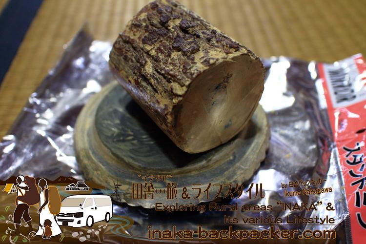 「Thanaka(タナカ)」の木。「Thanaka」の芯部分を小さく切って、芯部分を使う。下の土台のようなものは石。