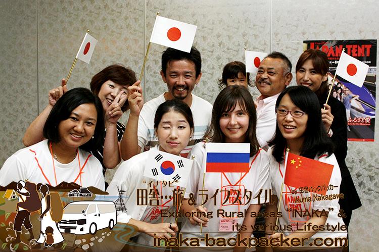能登・穴水町 - 前列左からミャンマーのワーワー、韓国のジュジュ、ロシアのナタリア、中国のシンシン。後ろはホストファミリーの二家族。