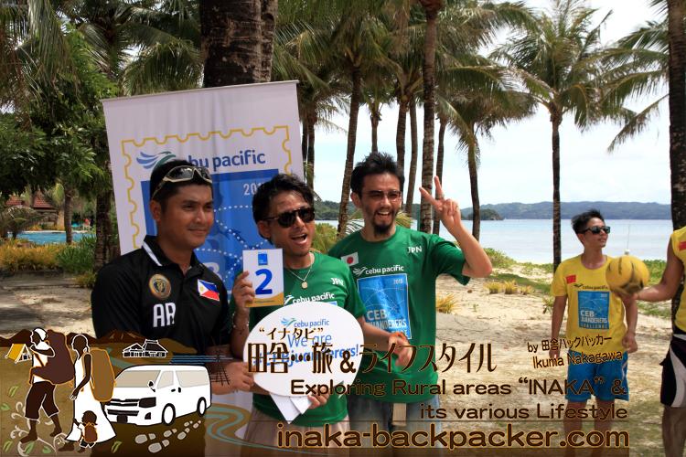 フィリピン・ボラカイ島で。ビーチサッカー...日本チームのKyahさんと自分