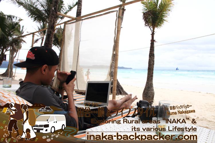 フィリピン・ボラカイ島で、カメラマンのクリスチャンはいつでもどこでも、PCを持ち歩き、撮影した写真をブロガーのみんなと共有