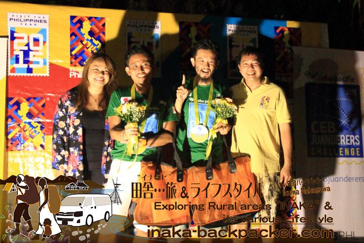 セブ・パシフィック航空と、フィリピン政府観光省のマーケティング活動を担うフィリピン観光振興局による、初めての海外向けブロガーツアー「#CEBjuanderers Backpacker Challenge(セブ・フアンダラーズ・バックパッカー・チャレンジ)」で優勝した日本チーム。セブ・パシフィック航空の広告 兼 販売促進ディレクターBlessie Cruzさん、フィリピン政府観光省/フィリピン観光振興局の北アジア担当責任者の Ramon de Veyra Jr. さんと。