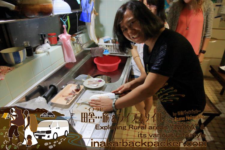 「ジャパンテント」の留学生たち、鯵の3枚おろしを体験