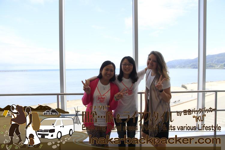 """能登・輪島市 - キリコ会館にて。バックパッカーの僕の家に泊まったジャパンテントのみんな。アメリカ人のベッツィーは特別参加~。2015年3月、「灯り舞う半島 能登-熱狂のキリコ祭り」として文化庁の「日本遺産」にも認定され、もはや能登だけを代表するお祭りではなく、""""日本を代表する祭り""""になった。"""