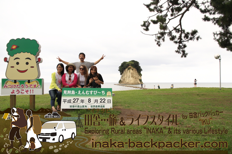 能登・珠洲市(石川県)- 珠洲市のゆるキャラ「みつけたろう」と「見附島(みつけじま)」でみんなで記念撮影。