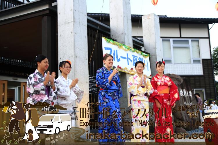 能登・穴水町(石川県) - 「穴水町さわやか交流館プルート」夏祭り。浴衣姿のジャパンテントのみんながステージへ行き...自己紹介。右から、ロシア、韓国、アメリカ、中国、ミャンマーからの留学生。アメリカのベッツィーは特別参加?!