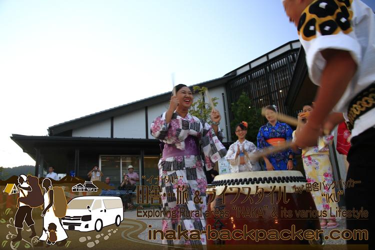 能登・穴水町(石川県) - 「穴水町さわやか交流館プルート」夏祭り。浴衣姿のジャパンテントのみんなで太鼓体験!ミャンマーのワーワーも音頭にのっている。