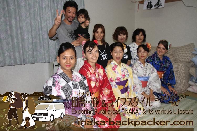 能登・穴水町(石川県) - 「穴水町さわやか交流館プルート」夏祭りに参加するために、着付けのプロ・長谷さんが、みんなの浴衣を着付けてくれたのだ。ありがとう長谷さん!