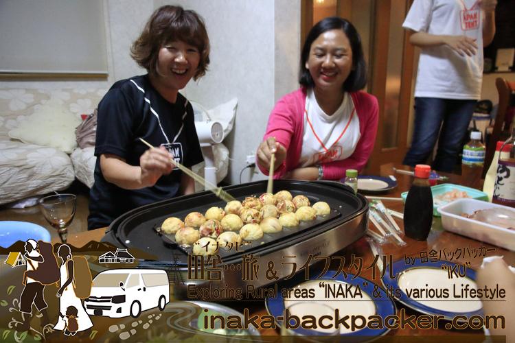 能登・穴水町(石川県) - 伊豆田さんファミリー宅で、「たこ焼き」パーティー!みんなでたこ焼きひっくり返して、楽しんだよ。