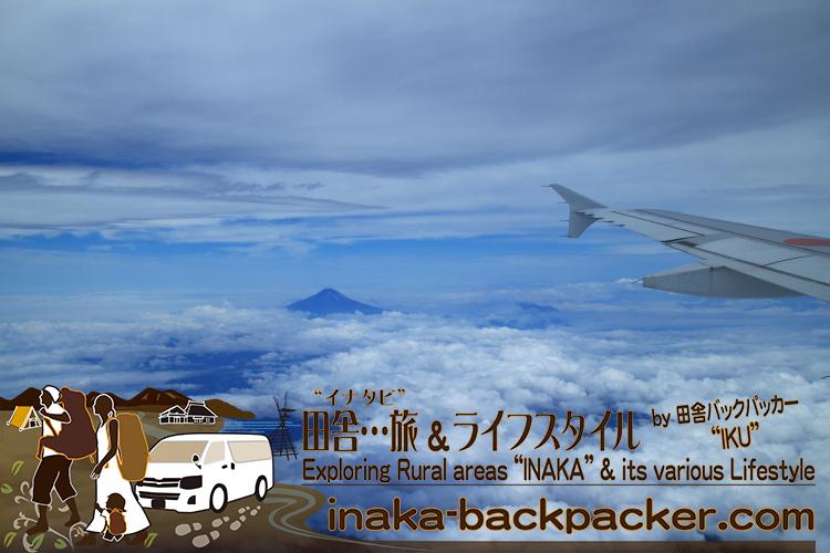 能登空港と羽田空港へは全日空/ANAしか飛んでいない。能登空港からは右、羽田空港からは左の窓側席に座わると、富士山を見ることができる。