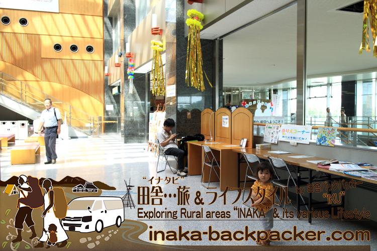 能登空港の出発ロビー2階で。東京への週一の出向/出張も含めると約2週間ほど不在となる。