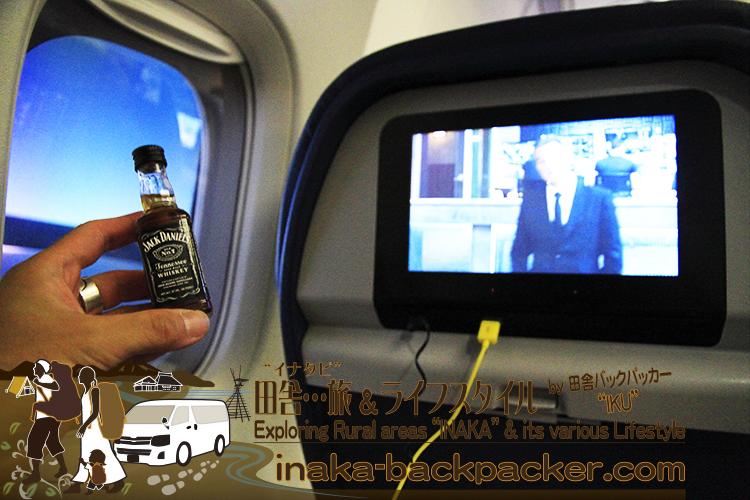 デルタ航空機内 - USB充電はできるし...お酒は無料だし...快適な空旅。