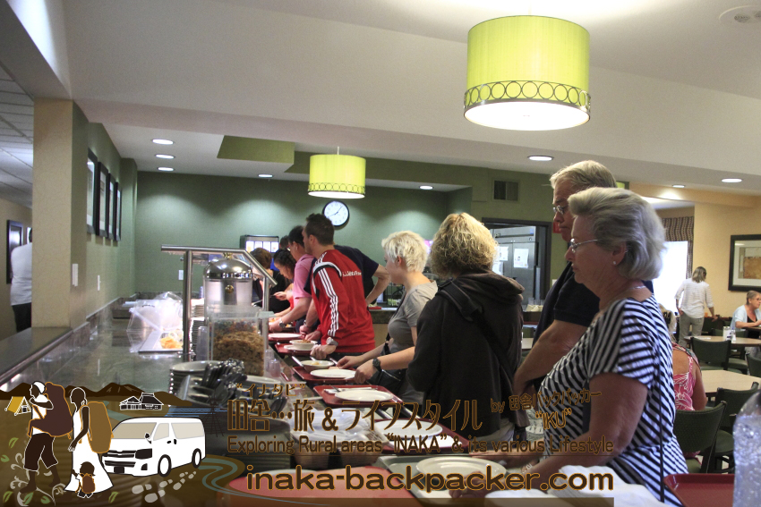 アメリカユタ州ソルトレイクシティ - クリスタル・イン・ホテル8:00ごろの朝食。テーブルは満席で、だれかと相席テーブルにするしかない。