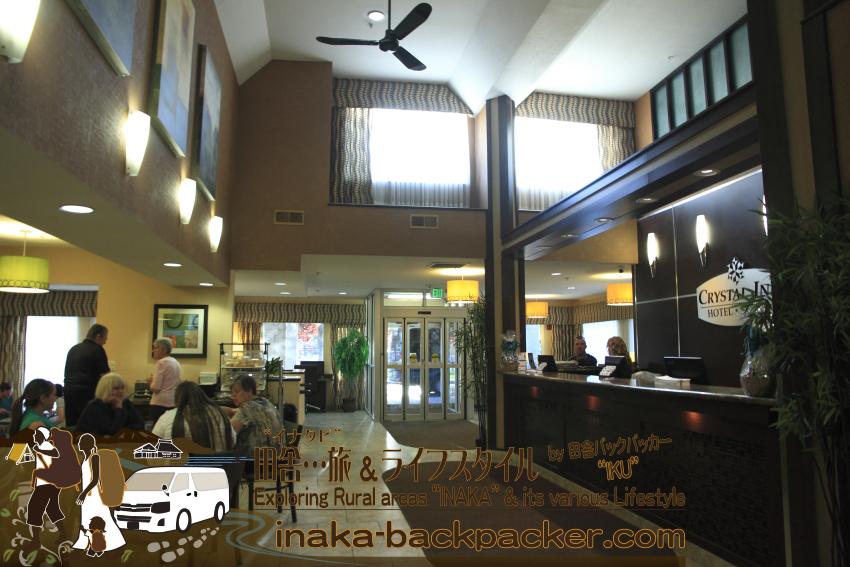 アメリカユタ州ソルトレイクシティ - クリスタル・イン・ホテル受付前に食堂、パソコンスペースとなっている。