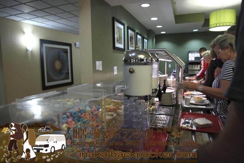 アメリカユタ州ソルトレイクシティ - クリスタル・イン・ホテルの朝食はビュッフェスタイル。シリアル/コーンフレークのオプションもある。