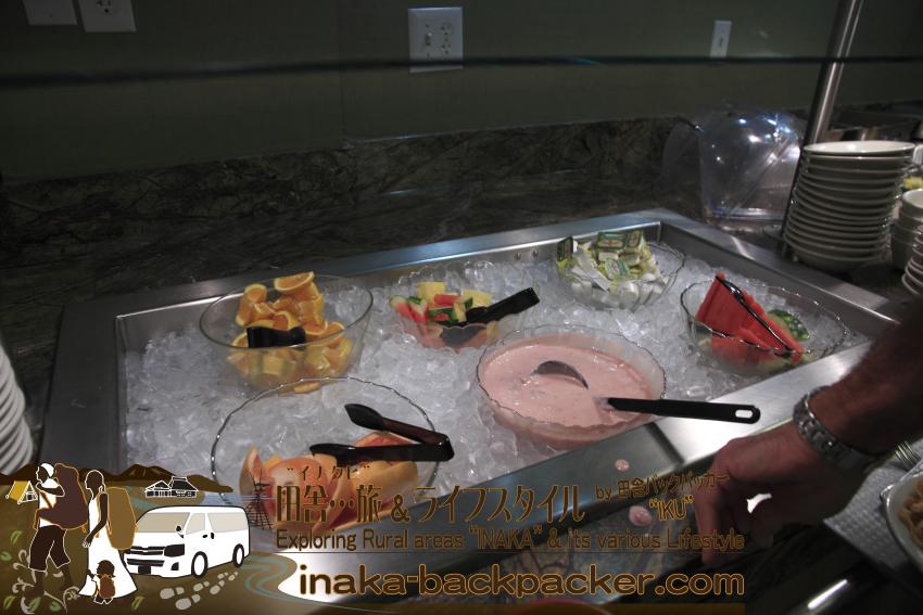 アメリカユタ州ソルトレイクシティ - クリスタル・イン・ホテルの朝食。ストロベリーヨーグルト、オレンジ、スイカなどのフルーツの選択肢もある。
