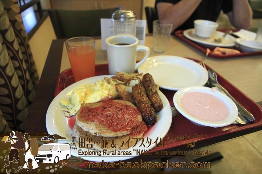アメリカユタ州ソルトレイクシティ - クリスタル・イン・ホテル到着翌日のブレークファースト/朝ご飯。ソーセージ、パンケーキ、スクランブルエッグ、ベーコン、ヨーグルト