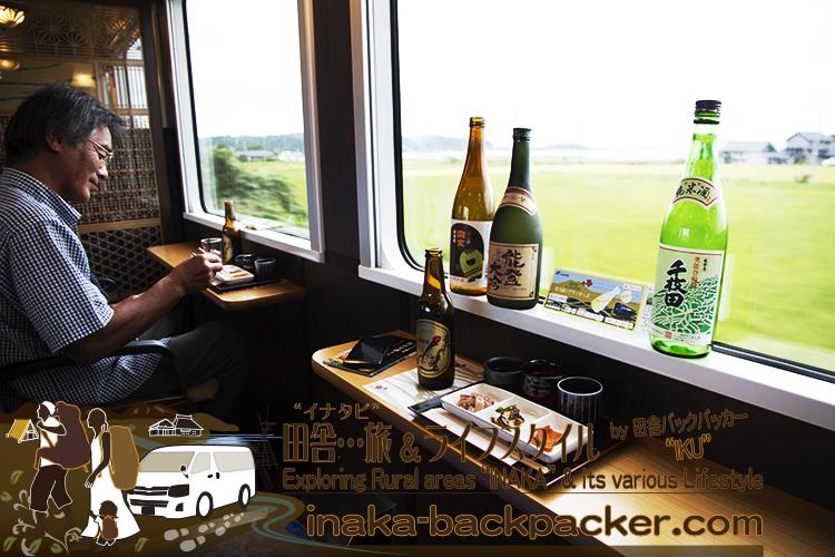 のと里山里海号の「ほろ酔いプラン」。地酒の種類は宗玄、数馬酒造、清水酒造などなど。ビールは日本海倶楽部のピルスナー。ちなみに窓の側に置いてある瓶サイズのお酒がついてくるわけではない。撮影用に貸してもらった。能登の里山里海の風景を楽しみながら1時間ゆっくり飲もう。