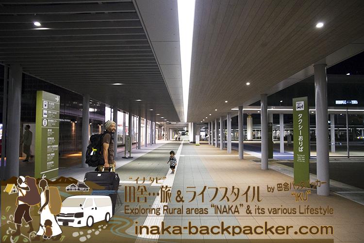 """能登から金沢駅へ。夜行バスで二俣新町駅へ向かい、そこから成田空港へ。今回はバックパック+スーツケースを持っての""""旅""""...というなの仕事。"""