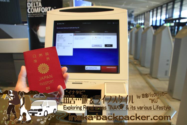 デルタ航空の自動搭乗手続き。航空券をネットで予約・購入後後、航空券は自宅に郵送されない。持っていくものはパスポートのみ。出発当日、パスポートのIDページをこのマシンにかざすと、予約者名が表示され、座席、荷物の数量などを指定する。すべてが完了すると、搭乗券を発行してくれる。荷物を預ける場合、発行された搭乗券をもって、デルタのカウンターへ進むのみ。