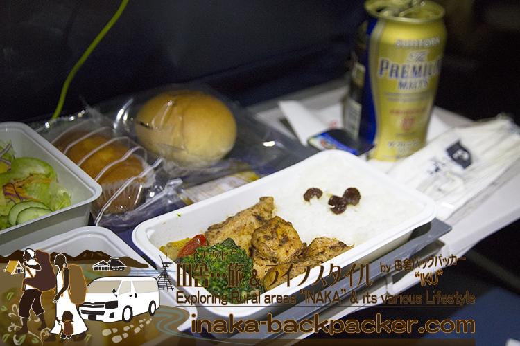 デルタ航空の機内食はこんな感じだった。チキンタイカレー、パン、サラダなど。タイカレーは美味しかったなぁ~。