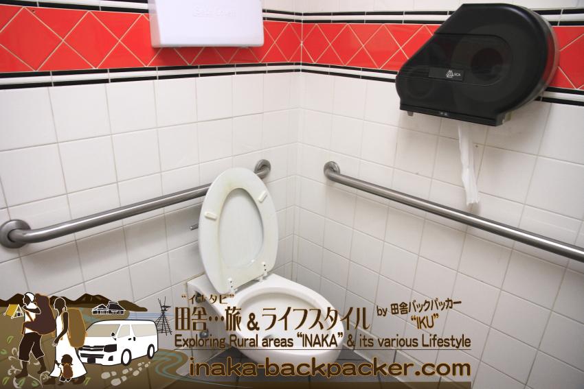 アメリカのコンビニのトイレはこんな感じ。トイレが外にある場合、犯罪防止のためだと思うが、レジで鍵を受けとり鍵を開けてからトイレを使用することができる。トイレの使用が終わったら、レジに鍵を返せばいい。