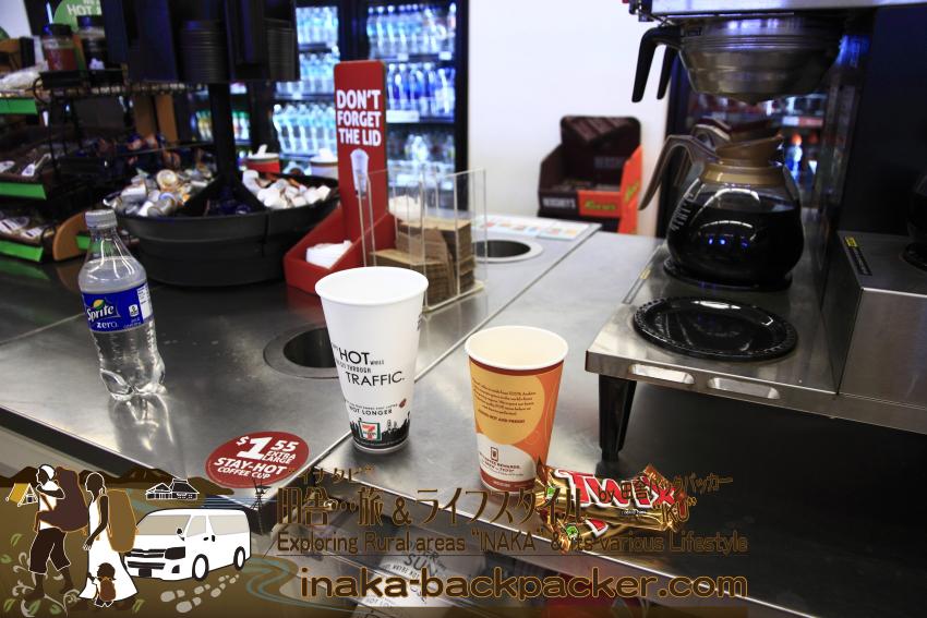 アメリカのコンビニ「セブンイレブン」のコーヒーコーナー。カップの横に置いてあるのはTWIXというキャラメルクッキーチョコレートバー。これがうまい!甘いけどね。