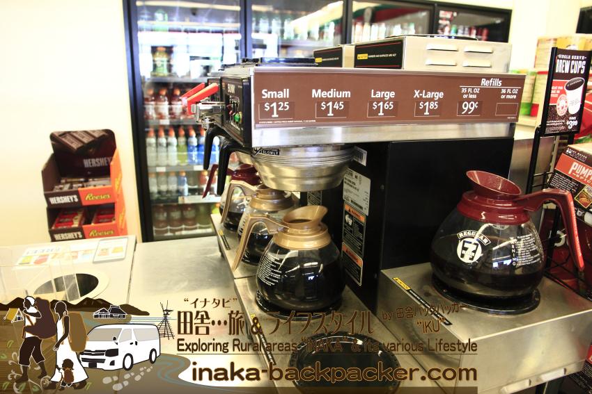アメリカのコンビニ「セブンイレブン」のコーヒーコーナー。特大サイズのX-Largeで1ドル85セント。ざっくりだが、日本のコンビニで売っているレギュラーサイズのドリップコーヒーの3倍ぐらいの量だろう。