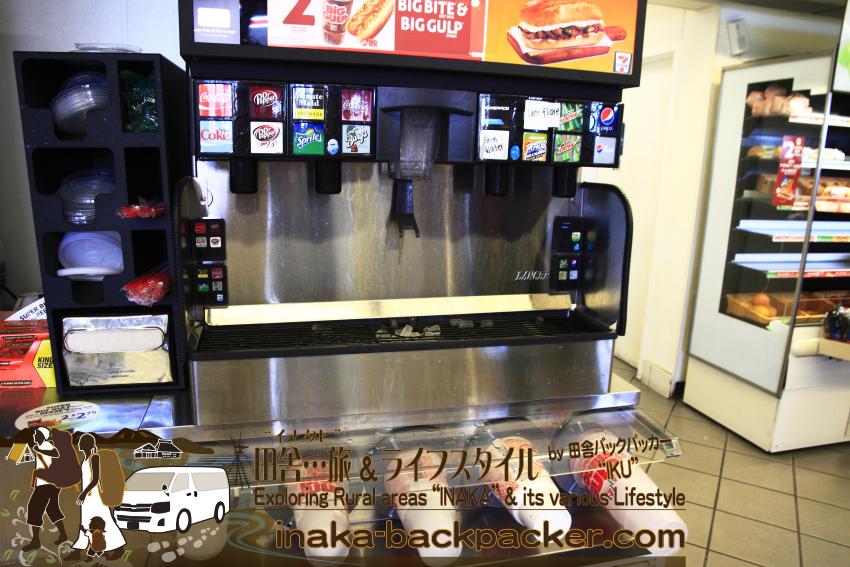 アメリカのコンビニのソーダ―飲料コーナー。コーラ、ドクターペパー、スプライト、マウンテンドゥー、ペプシなど主に炭酸飲料ばかり。