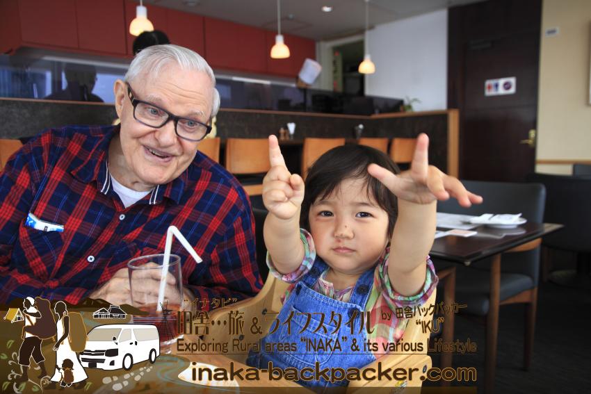 東京有楽町の外国人記者クラブ/The Foreign Correspondents' Club of Japanのメイン・バーで、娘・結生とハウクさん。出会ったときから、人見知りなく楽しそうにハウクさんと遊ぶ結生。ピースをしているつもりの結生。