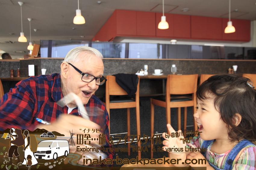 東京有楽町の外国人記者クラブ/The Foreign Correspondents' Club of Japanのメイン・バーで、娘・結生とハウクさん。バルサミコ水をストローで飲む結生。