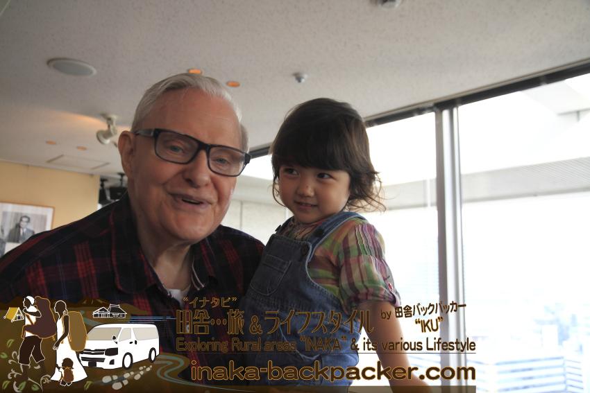 東京有楽町の外国人記者クラブ/The Foreign Correspondents' Club of Japanのメイン・バーで、娘・結生とハウクさん。