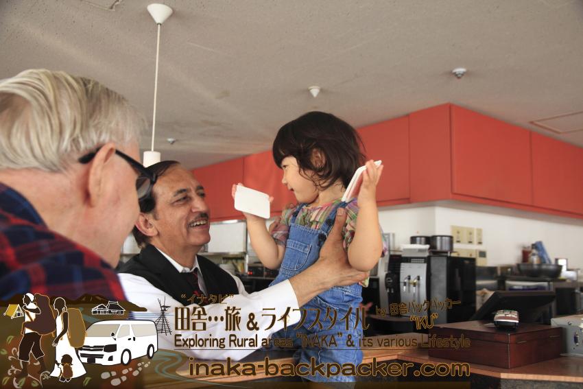 東京有楽町の外国人記者クラブ/The Foreign Correspondents' Club of Japanのウエイターでパキスタン出身のハニフさん。「ぼくを見ると子どもいつも怖がるのに!」とハニフさん。帰る間際に、ハニフさんに抱っこしてもらったのだが、ハニフさんから全然離れようとしない結生だった。