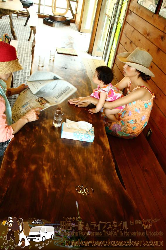 能登の蕎麦屋「そばきり 仁」の約4~5メートルある杤一枚板テーブル