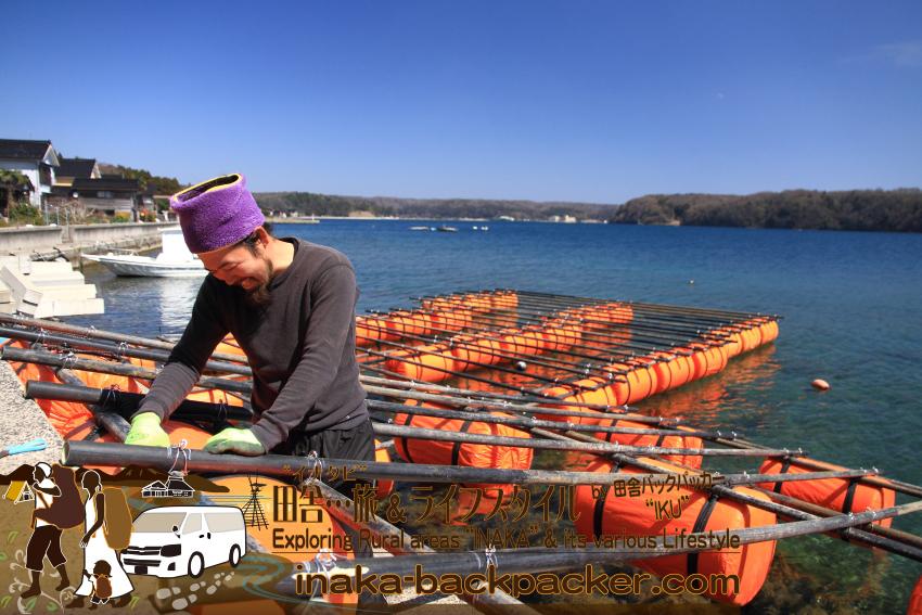 能登・穴水町中居(石川県) - 今年2015年3月、漁師のよしくん(齋藤義己(さいとう よしみ)さん)が一人もくもくと牡蠣棚をつくっていた。Coast Tableにはきっとお客さんが沢山くるだろう。