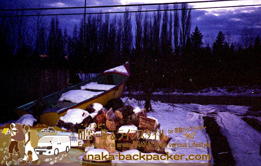 アメリカ・オレゴン州ポートランドでの高校時代。家の前に山積みになった薪を割るのが毎年の作業。この4倍の量の薪が毎年家の前に山積みに...薪割り作業はなかなか大変。この年は出遅れて、雪が積もり始めてしまった。