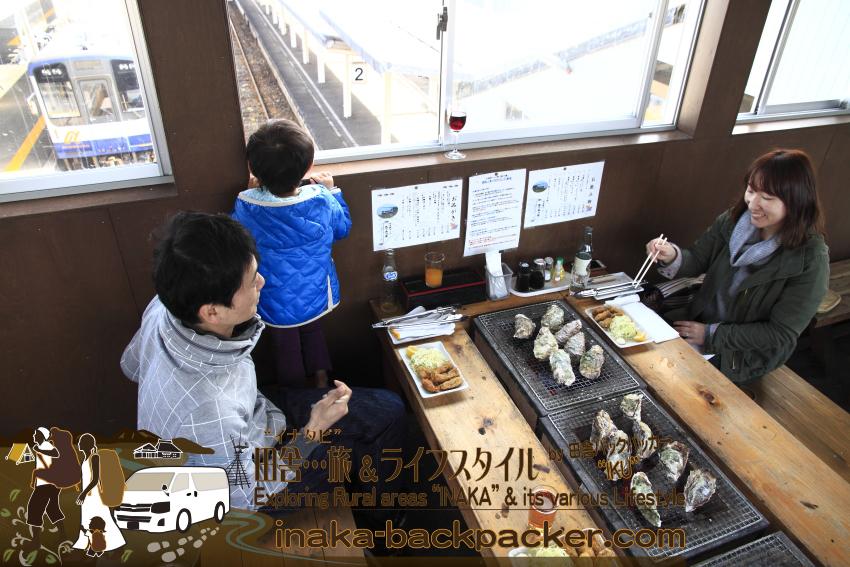 """穴水駅では1月9日から、牡蠣(かき)を""""破格""""でふるまう食堂の「穴水駅ホームあつあつ亭」がオープンする。焼き牡蠣7個、牡蠣フライ5個、牡蠣ごはんのセットで1600円は破格だ...地元の牡蠣食堂にとっては大きな競争相手となっている。"""