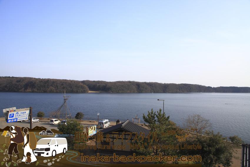 """「中居湾 ふれあいパーク」には、駐車場の目の前に、湖のように穏やかな里海、そしてその上には能登や穴水町の代表的な""""海の幸""""牡蠣の筏が浮いている。""""穴水らしい""""車中泊となると、ここが一押しのスポットだ。ここには釣り客も多い。"""