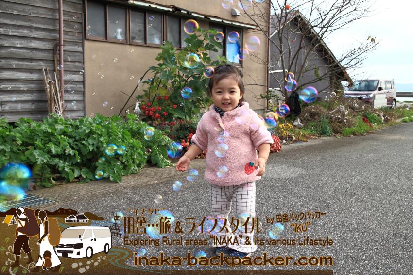能登・穴水町岩車(石川県) - 「田舎でシャボン玉に囲まれて...」 最近、シャボン玉にもはまっている。
