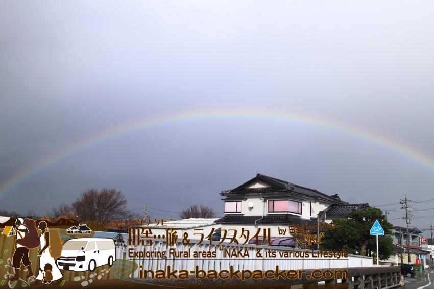 """能登は天候が変わりやすい。珠洲で虹がくっきり見えた。かなり太く、虹の""""根元""""が近かった。"""