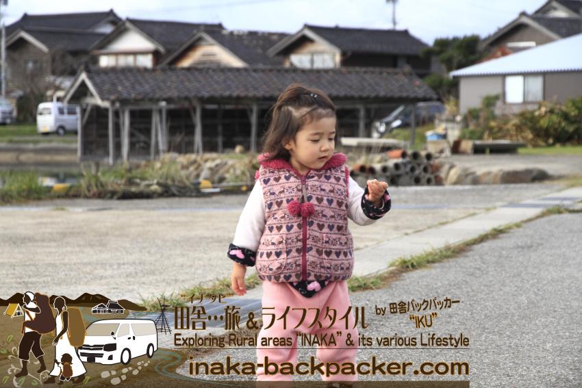 """能登・穴水町岩車(石川県) - 田舎の""""なにもない""""エリアを自由に散歩する結生。最近、その変に落ちている貝を海に投げることが大好き。"""