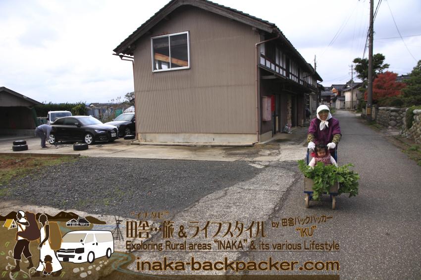 能登・穴水町岩車(石川県) - スタッドレスタイヤ/冬用タイヤの時期がやってきた。おばあちゃんの台車に乗るのが大好きな結生。