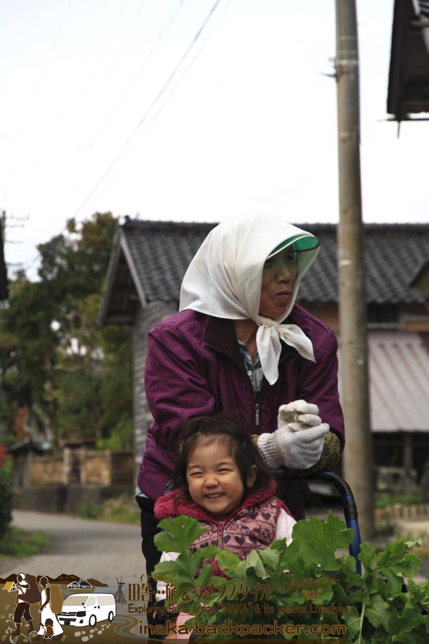 能登・穴水町岩車(石川県) - 外で台車を押しているおばあちゃんを見ると、(まだ話さないが)「家に帰りたくない!」と台車に乗り、村の端から端までおばあちゃんについていこうとする