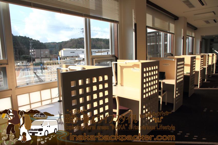 図書館がある「穴水町さわやか交流館 プルート」のワークデスク。ここでパソコンなどで作業することができる。職員から許可を得て電源を使うことができる。