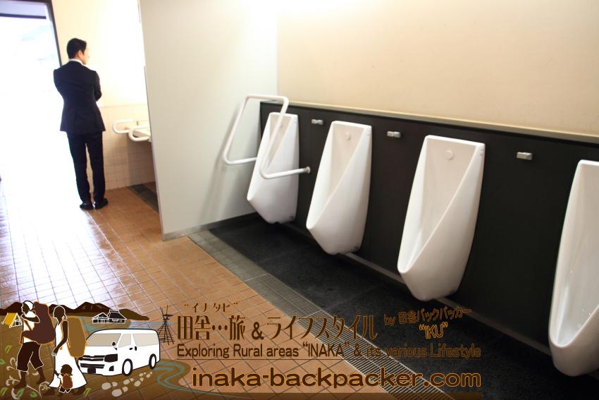 道の駅「あなみず」の男子トイレの小便器。もちろんのこと多目的トイレもある。