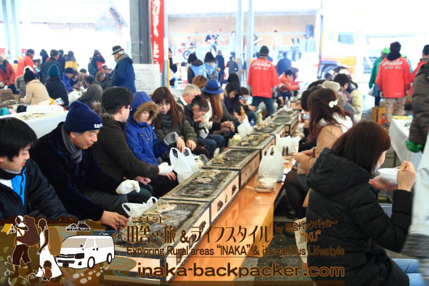 能登・穴水町 - 2015年の牡蠣祭りの様子。このように会場には炭火コンロが並ぶ。